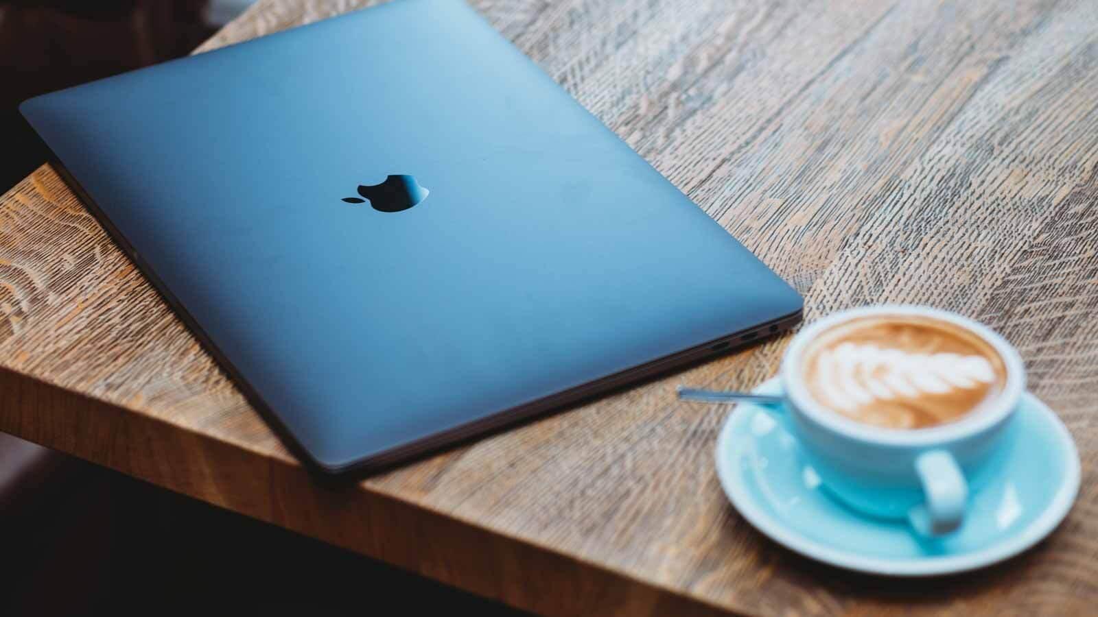 Macbook med kaffe fra mcb.dk